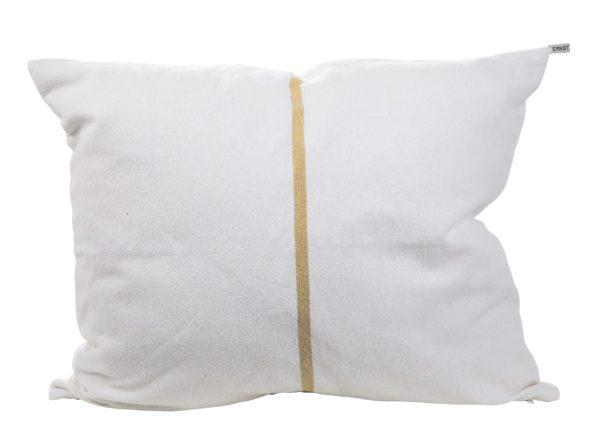 Biela obliečka na vankúš zo 100% bavlny so zvislým tenkým žltým pásom cez stred.