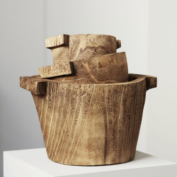 Ručne vyrobená drevená nádoba s rúčkami z dreva paulownie v prírodnej farbe.