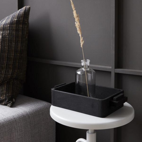 Obdĺžnikový drevený úložný box vyrobený z magového dreva v čiernej farbe.