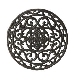Okrúhla liatinová podložka pod riad čiernej farby s ornamentovým vzorom.