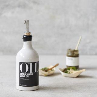 Nálievka s klapkou pre fľaše z korku a nerezovej nálievky pre pohodlné dávkovanie potravín.