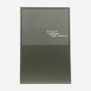 Oceľová nástenná tabuľa s mriežkou pre odkazy pomocou magnetiek alebo predprivanej mriežky v zelenej farbe.