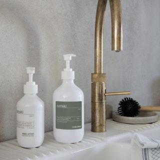 Ekologický čistiaci prostriedok na umývanie riadu bez vône v 490 ml fľaši.