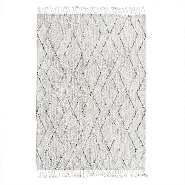 Dizajnový biely bavlnený koberec s čiernym berberským vzorom.