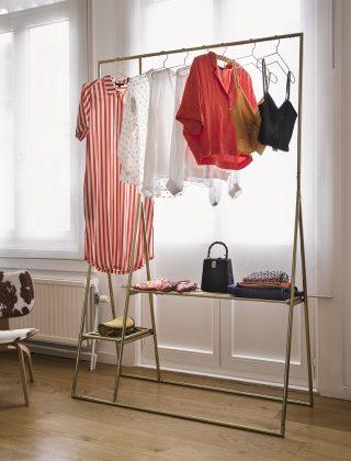 Hlinikové ramienko na vešanie šatstva v modernom dizajne a mosadznej farbe.