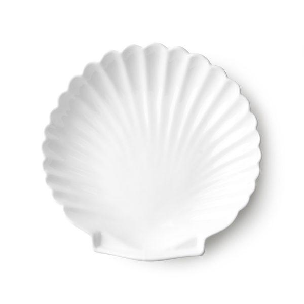 Biely kameninový podnos v tvare mušle s matným povrchom.