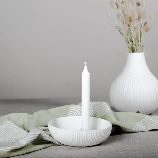 Moderný ručne robený kruhový keramický svietnik v tvare misky s držiakom na sviečku v bielej farbe.