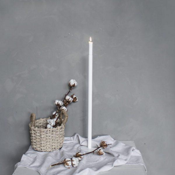Štíhly, tenký a vysoký kovový svietnik s kruhovým podstavcom v bielej farbe.