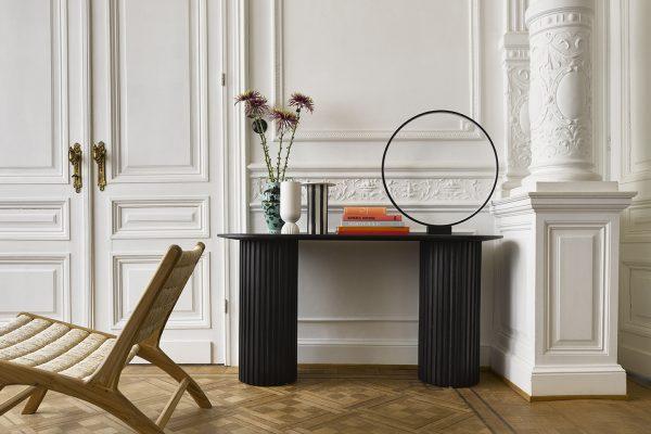 Dizajnová kruhová stolová lampa so svetelným LED pásikom z čierneho hliníka.