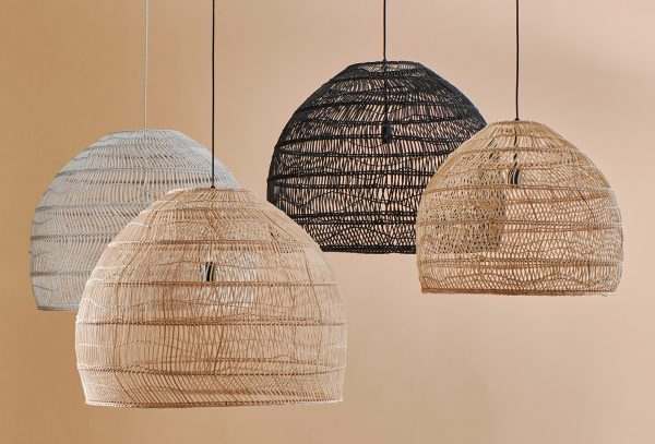 Masívna biela prútená závesná lampa v škandinávskom dizajne.