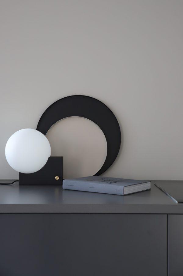 Kruhový kovový podnos z nehrdzavejúcej ocele nastriekaný čiernou práškovou farbou v jednoduchom a účelnom dizajne.
