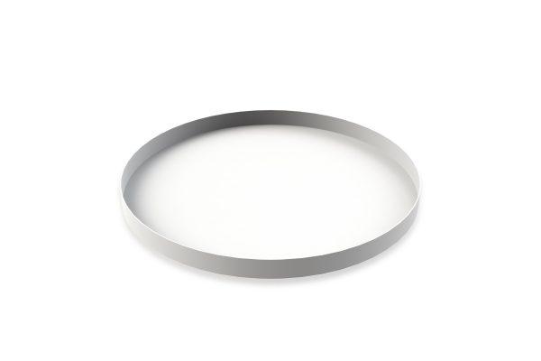 Kruhový kovový podnos z nehrdzavejúcej ocele nastriekaný bielou práškovou farbou v jednoduchom a účelnom dizajne.