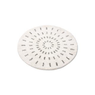 Kruhová predložka do kúpeľne z bavlny so silikónovou protišmykovou vrstvou v bielej farbe s čiernymi čiarkami usporiadanými do tvaru slnka.