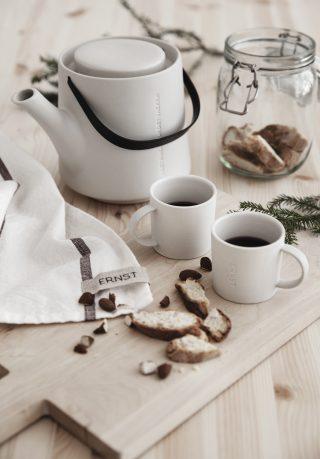 Klasická kameninová šálka s uškom na kávu v bielej farbe.