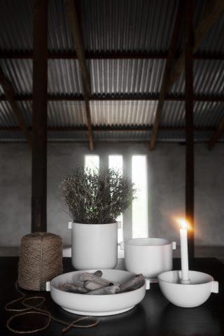 Kameninový servírovací tanier s uškami o priemere 30 cm vo farbe bieleho piesku.