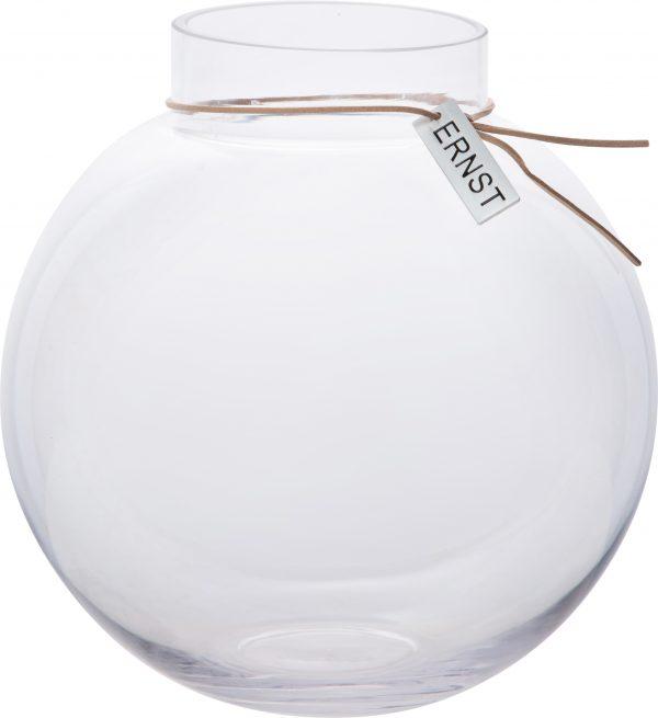 Sklenená priezračná guľová váza s jemným hrdlom previazaným koženou šnúrkou.