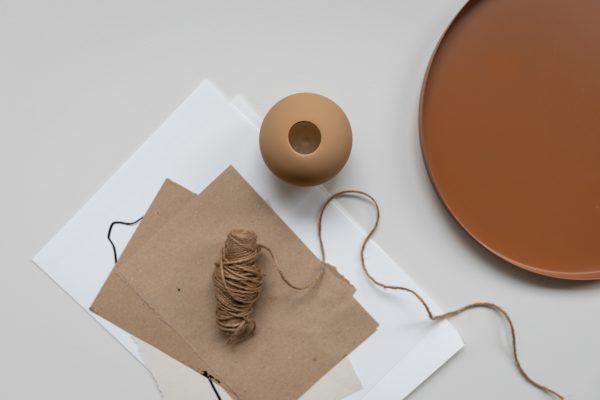 Moderná ručne robená keramická váza v tvare gule o veľkosti 10 cm v orieškovej farbe.