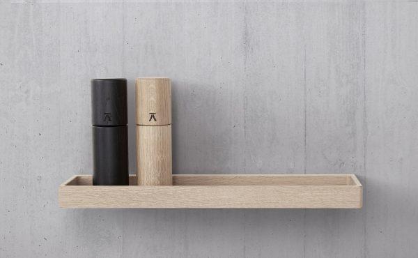 Štíhla, jednoduchá a elegantná polica obdlžníkového tvaru s vyvýšenými okrajmi z dubového dreva, lakovaná, v prírodnej farbe.