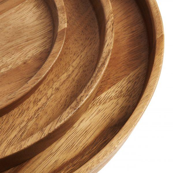 Krásny drevený tanier z akáciového dreva v prírodnej farbe o priemere 32 mm.
