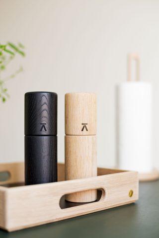Nádherný dizajnový mlynček na soľ a korenie v tvare valca z dubového dreva v čiernej alebo prírodnej farbe.