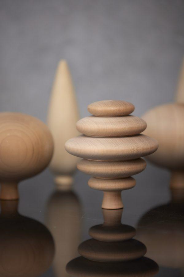 Dizajnový drevený stromček z lipového dreva s certifikátom o udržateľnosti životného prostredia.