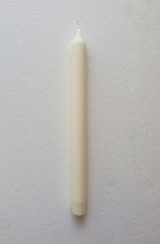 Jediná ekologická sviečka na svete, ktorá spĺňa najvyššie štandardy. Štíhla stearínová sviečka vysoká 28 cm o priemere 2,2 cm.