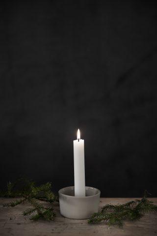 Kameninový svietnik v tvare misky s držiakom sviečky uprostred o priemere 9 cm v bielej farbe.