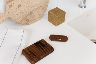 Krásna a dizajnová kúpeľňová sada pozostávajúca z mydelničky a kefky na nechty z termizovaného jaseňového dreva v prírodnej farbe a kocky mydla z prírodných rastlinných olejov.