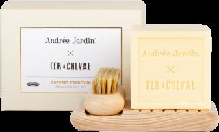 Krásna a dizajnová kúpeľňová sada pozostávajúca z mydelničky, kefky na nechty a mydla z voskovaného bukového dreva v prírodnej farbe a kocky mydla z prírodných rastlinných olejov.
