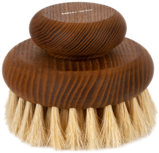 Masážna kefa do dlane po priemere 11 cm z tremizovaného jaseňového dreva v prírodnej farbe.