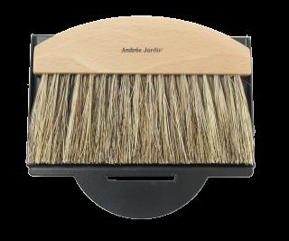 Malá a dizajnová metlička s lopatkou na omrvinky. Lopatka s epoxidového plechu čiernej farby a metlička z lakovaného bukové dreva s konským vlasmi a tampikovými vláknami.