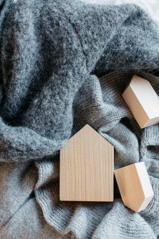 Krásne voňavý odpudzovač molí vo forme troch kusov drevených domčekov z cédrového dreva v prírodnej farbe.