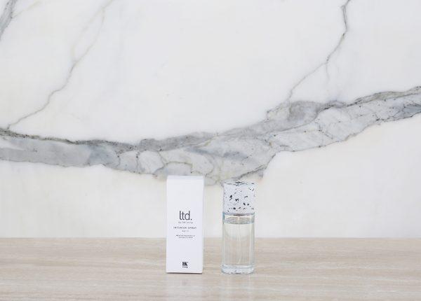 Osviežovač vzduchu na interiér vo vôni kokosového kvetu. V praktickej a jednoduchej sklenenej fľaši s vrchnákom z betónu imitujúceho kameň. Objem 100 ml.