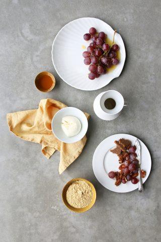 Biela porcelánová miska na nôžke z kostného porcelánu v príjemnoma jednoduchom a elegantnom dizajne.