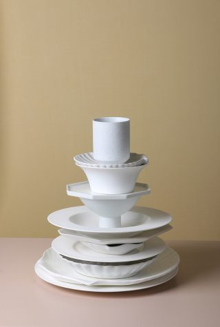 Biely plytký tanier z kostného porcelánu v jednoduchom a nadčasovom dizajne o priemere 28 cm.