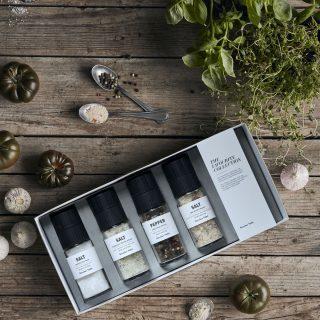 Darčekové sada štyroch najobľúbenejších zmesí soli a korenie od Nicolas Vahé v dizajnovom mlynčeku.