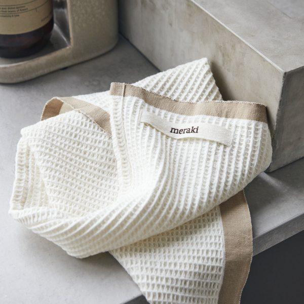 Biela bavlnená kuchynská utierka z vaflového úpletu s hnedým okrajom o rozmere 50 x 50 cm.