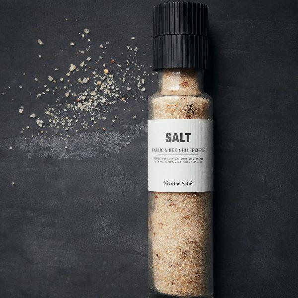 Delikatesa soľ GARLIC & RED PEPPER od Nicolas Vahé v praktickom a dizajnovom mlynčeku v objeme 325 g.