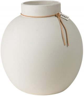 Okrúhla kameninová váza s užším hrdlom previazaným koženou šnúrkou vysoká 22 cm a v bielej farbe.