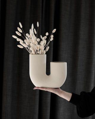 Moderná keramická váza v jednoduchom tvare U v béžovej farbe.