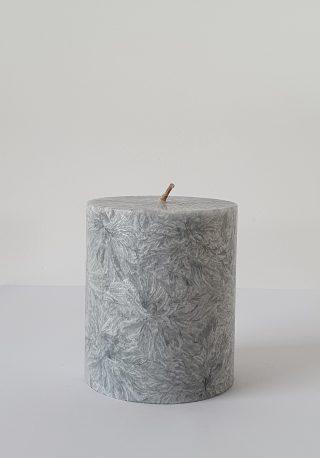 Nádherná textúra sviečky a jej elegantné prevedenie ju robí zároveň krásnou dekoráciou a dodá každej výzdobe punc slávnosti.