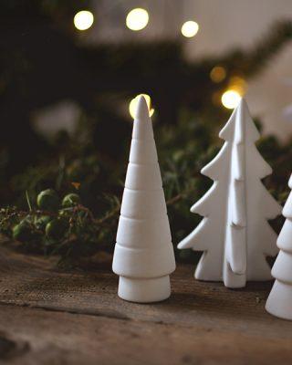 Krásny keramický ihličnatý stromček pre vianočnú atmosféru z keramiky.