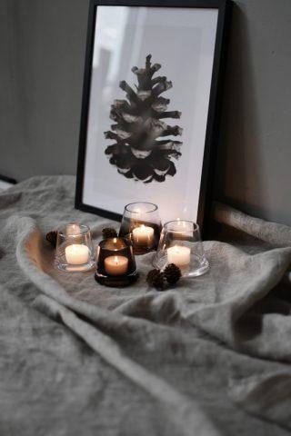 Jednoduchý a dizajnový sklenený svietniček na čajovú sviečku v tvare skoseného kužeľa o priemere 9 cm v priesvitnej hnedej farbe.