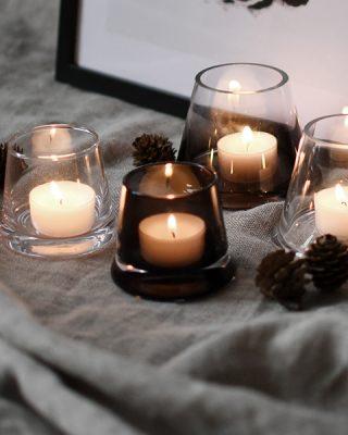 Jednoduchý a dizajnový sklenený svietníček na čajovú sviečku v tvare skoseného valca o priemer 7 cm v priesvitnej hnedej farbe.