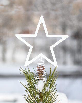 Kovová vianočná hviezda v lakovanej bielej farbe pre umiestnenie na vrcholci vianočného stromčeka.